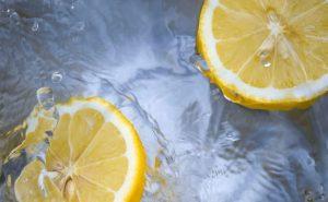 El agua de limón no es una bebida desintoxicante.